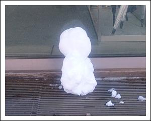お出迎え雪だるま