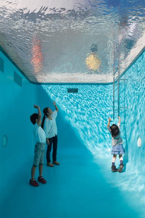 金沢21世紀美術館 レアンドロ・エルリッヒ 「スイミング・プール」